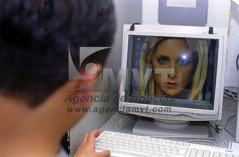 Toluca, Méx.- Cuando las miradas virtuales se encuentran. Agencia MVT/ Mario B. Arciniega