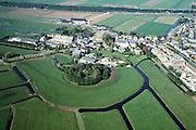 Nederland, Zuid-Holland, Waarder, 08-03-2002; luchtfoto (25% toeslag); historische dorpskern van het buurtschap (met twee (!) - protestant christelijke kerken, links) is in de jaren '80 - '90 uitgebreid met twee onder een kap eengezinswoningen (rechts); autosnelweg A12 (Utrecht - Gouda) in de achtergrond (met bomen); verschimmeling van het landschap, planologie, forensen, mobiliteit, Groene Hart, platteland, waterbeheer, ruilverkaveling..Foto Siebe Swart