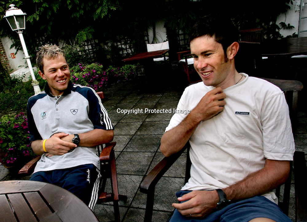 Arras/Frankrike, 20040707.Tour de France. Thor Hushovd og Julian Dean på hotellet i Cambrai....Foto: Daniel Sannum Lauten/Dagbladet *** Local Caption *** Hushovd,Thor..Dean,Julian