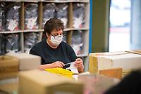 DEU, Deutschland, Germany, Eberswalde, 11.06.2020: In der Corona-Krise produziert der Schulranzenhersteller Thorka (McNeill) auch Mund-Nase-Schutzmasken. Hier eine Frau bei der Produktion der textilen Schutzmasken. Im Unternehmen gibt es Pläne, in die Herstellung von medizinischen FFP-Masken einzusteigen.
