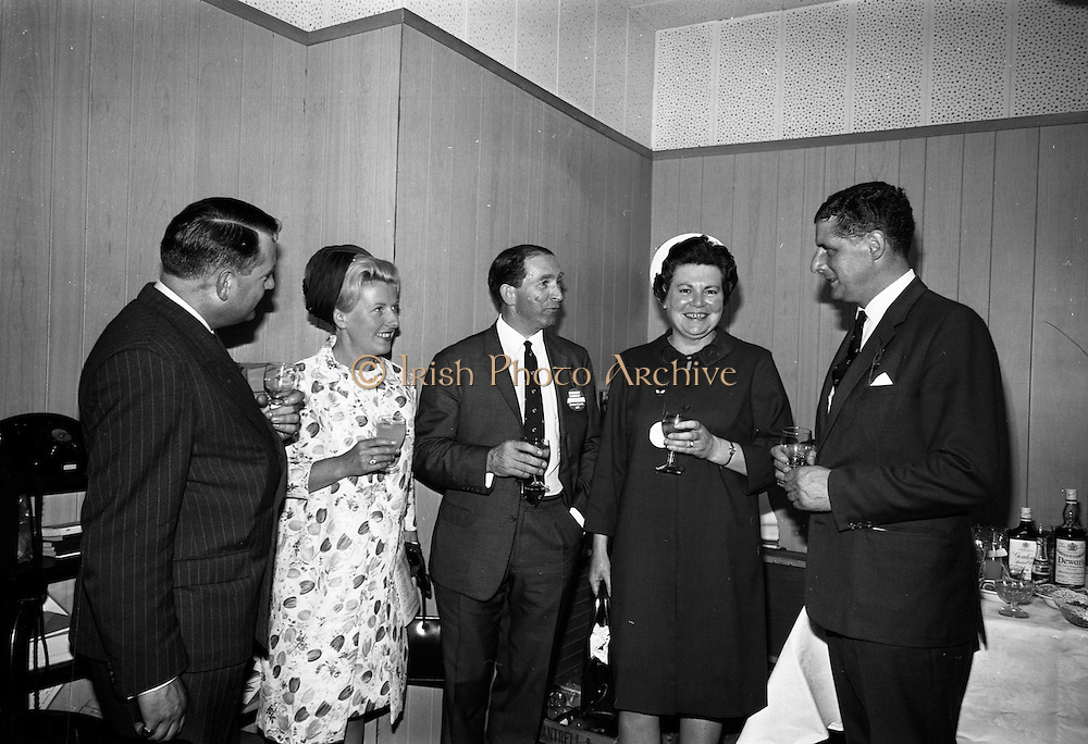 15/07/1967<br /> 07/15/1967<br /> 15 July 1967<br /> Hennessy Handicap at Leopardstown Races, Leopardstown Racecourse, Co. Dublin.  Pictured are (l-r): Mr Anthony Dillon, Director, Edward Dillon and Co. Ltd.; Mrs William Campbell; Mr William Campbell, Director, Edward Dillon and Co. Ltd.; Mrs Nigel Beamish and Mr Nigel Beamish, Managing Director, Edward Dillon and Co. Ltd. at the races.