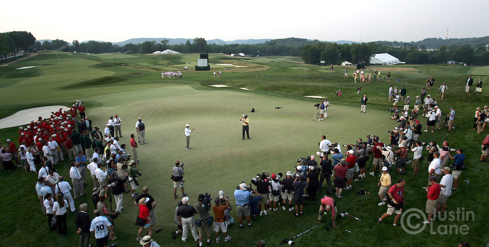 Angel Cabrera of Argentina (C), poses with the US Open championship trophy on the 18th green after winning the 2007 U.S. Open at Oakmont Country Club in Oakmont, Pennsylvania, USA 17 June 2007.