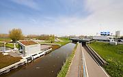 Fietspad, weg en wandelpad bij het Zwethkanaal en gemaal Hoekpolder bij Rijswijk met uitzicht op snelweg A4. - Cycletrack, hiking trail and pumping station near canal called Zwethkanaal  with a view tot a highway A4 near Rijswijk, close to The Hague, The Netherlands.