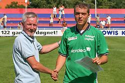 FODBOLD: Ejnar Johansen med man-of-the-match Jacob Wedell (Helsing¯r) efter kampen i KvalifikationsrÊkken, pulje 1, mellem Elite 3000 Helsing¯r og NivÂ-Kokkedal FK den 6. august 2006 pHelsing¯r Stadion. Foto: Claus Birch