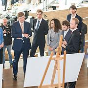 NLD/Amsterdam/20190314  - Koning bij viering 100 jaar Luchtvaart  in Nederland, Koning Willem Alexander krijgt een rondleiding