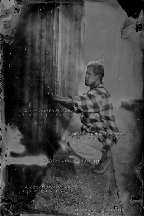 Tintype / Ambrotipo<br /> Un migrante osserva al di la della frontiera.<br /> A migrant watching the other side.