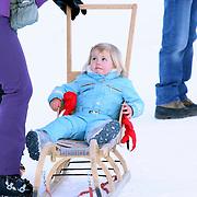 AUT/Lech/20080210 - Fotosessie Nederlandse Koninklijke familie in lech Oostenrijk, prinses Alexia op een slee