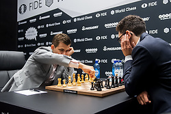 November 10, 2018 - London, GREAT BRITAIN - 181110 Magnus Carlsen of Norway and Fabiano Caruana of USA during round 2 of The FIDE World Chess Championship 2018 on November 10, 2018 in London. .Photo: Fredrik Varfjell / BILDBYRÃ…N / kod FV / 150158 (Credit Image: © Fredrik Varfjell/Bildbyran via ZUMA Press)