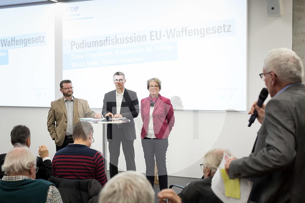 SCHWEIZ - AARBURG - Podiumsdiskussion zur Parolenfassung zum Bundesbeschluss betreffend die geänderte EU-Waffenrichtlinie mit (vlnr.) Corina Eichenberger, Nationalrätin; moderiert von Lukas Pfisterer, Grossrat, Präsident FDP AG; und Marcel Furrer, Polizist; ganz rechts spricht Thomas Pfisterer, Alt-Bundesrichter; am Parteitag der FDP Aargau bei der Franke AG - 26. März 2019 © Raphael Hünerfauth - http://huenerfauth.ch