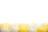 En seng av gule og hvite påskeegg i bunn, med god plass til en påskehilsen, i form av et hvitt tekstområde.