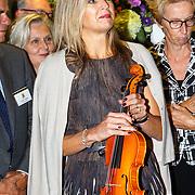 NLD/Amsterdam/20150916 - Koningin Maxima bezoekt instrumentendepot van het leerorkest in Amsterdam, Koningin Maxima met de Amalia viool