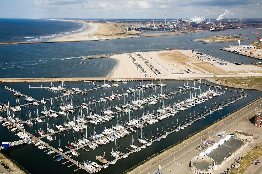 Nederland, Noord-Holland, IJmuiden, 16-04-2008; zeejachthaven (sea port marina) bij de zuidpier, in de achtergrond het forteiland en het terrein van Corus (voorheen Hoogovens, gefuseerd met British Steel) in Velsen-Noord;.seaportmarina, jachthaven, marina, zeehaven, jacht..luchtfoto (toeslag); aerial photo (additional fee required); .foto Siebe Swart / photo Siebe Swart