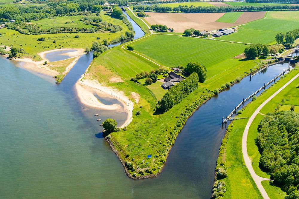 Nederland, Noord-Brabant, Den Bosch, 13-05-2019;  Gekanaliseerde Dieze (Kanaal Henriettewaard met Sluis van Engelen) en de Oude Dieze, links. Gezien vanaf de Maas, ten Noorden van Den Bosch, omgeving Crèvecoeur. Gebied van Maasoeverpark, langs de Maas rond Den Bosch, tussen de forten Sint Andries en Crèvecoeur. Er wordt gewerkt aan weerdverlaging omgeving Fort Crèvecoeur. Het Maasoeverpark is een landschapspark in wording met ruimte voor de natuur, voor de landbouw  <br /> én waterberging.<br /> Canalized Dieze and the Oude Dieze, left, seen from the Maas. North of Den Bosch, near Crèvecoeur. Area of Maasoever Park, work is underway to reduce floodplains around Fort Crèvecoeur. Maasoeverpark is a Landscape Park in progress with room for nature and water storage.<br /> aerial photo (additional fee required); luchtfoto (toeslag op standard tarieven); copyright foto/photo Siebe Swart