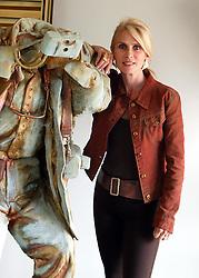 A artista plástica, escultora e designer, Glória Corbetta junto a uma de suas peças em seu atêlier, em Porto Alegre. FOTO: Jefferson Bernardes/Preview.com