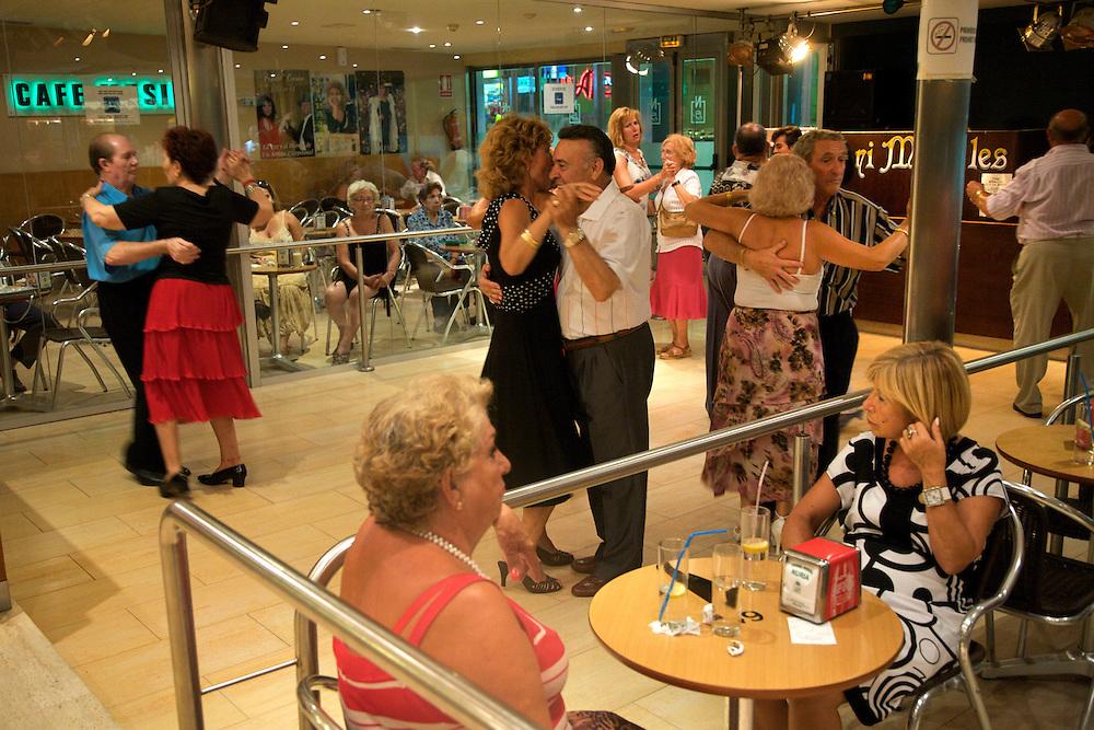 Agosto/2008 Comunidad Valenciana. Benidorm.Mayores bailando agarrados en el local Nuria en el paseo marítimo de la Playa de Levante..©JOAN COSTA....
