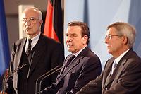 02 MAY 2002, BERLIN/GERMANY:<br /> Fritz Pleitgen (L), ARD Vorsitzender und Intendant WDR, Gerhard Schroeder (M), SPD, Bundeskanzler, und Juergen Doetz (R), Praesident Verband Privater Rundfunk- und Telekommunikation e.V., waehrend einer Pressekonferenz nach dem Gespraech des Bundeskanzlers mit den Intendanten der Fernsehsender ueber die Frage der Wirkung von Gewaltdarstellung im Fernsehen, Kabinettsaal, Bundeskanzleramt <br /> IMAGE: 20020502-03-029<br /> KEYWORDS: Gewalt, Fernsehen, TV, Jürgen Doetz, Gespräch, Präsident, Gerhard Schröder