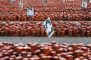 Nederland, Westerbork, 21-10-2019 Herinneringscentrum, nationaal monument kamp Westerbork bij Hooghalen. Rode stenen symboliseren de 102.000 mensen die er gevangen hebben gezeten in de 2e, tweede wereldoorlog. Op de achtergrond een van de barakken waarin de mensen verbleven . Later werden hier Molukkers in gehuisvest . Van hier werden de joden, Roma, Sinti, zigeuners, gevangenen op transport gezet en per trein naar de vernietigingskampen, concentratiekampen, van de Duitsers vervoerd. Het Vredespaleis in Den Haag en herinneringscentrum Kamp Westerbork hebben het Europees Erfgoed label. Foto: Flip Franssen