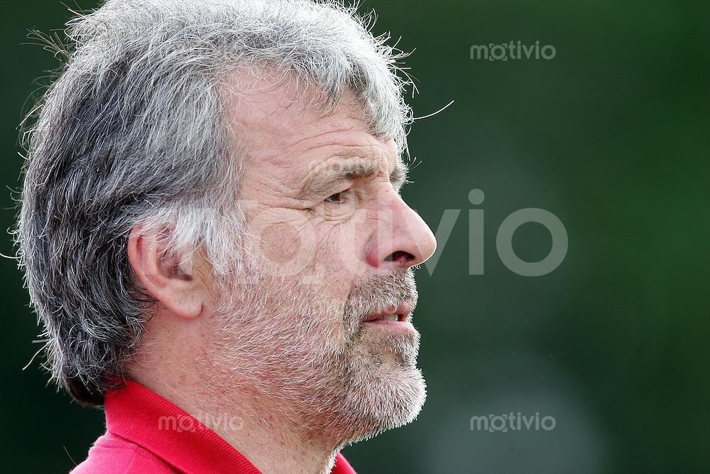 Fussball 1. Bundesliga Saison 2004/2005  Trainer Erik GERETS, nachdenklich VfL Wolfsburg