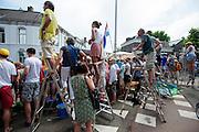 Publiek staat om trapjes om alles goed te kunnen zien. In Utrecht is deTour de France van start gegaan met een tijdrit. De stad was al vroeg vol met toeschouwers. Het is voor het eerst dat de Tour in Utrecht start.<br /> <br /> In Utrecht the Tour de France has started with a time trial. Early in the morning the city was crowded with spectators. It is the first time the Tour starts in Utrecht.
