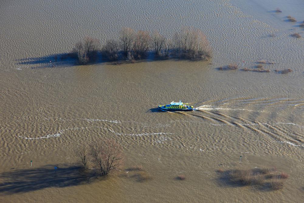 Nederland, Gelderland, Gemeente Voorst, 20-01-2011; ondergelopen uiterwaarden van de IJssel, in het midden vaart een patrouilleschip van Rijkswaterstaat ter hoogte van de muur die onderdeel uit maakt van de voormalige Stuw bij Olst (onderdeel van de IJssellinie).Flooded flood plains in the river IJssel. A patrol boat of the Department of Public Works, sailing in the middle of the river IJssel at the height of the wall that is part of the Barrage Olst, remnant of the IJssel line (water line), built during the Cold War. ..luchtfoto (toeslag), aerial photo (additional fee required).copyright foto/photo Siebe Swart