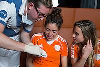 ZWOLLE - Naomi van As en Ellen Hoog.  Bitje happen voor de vrouwen van het Nederlands hockeyteam, Het aanmeten van een mondbeschermer. in aanloop van de Champions Trophy in Mendoza (Argentinie).  COPYRIGHT KOEN SUYK