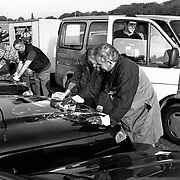 Door actiegroep vernielde auto's bij Hessing in Bilthoven, schoonmaken verf en lekke banden