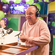 NLD/Hilversum/20181221 - Afscheidsuitzending Edwin Evers, Paul de Leeuw aan het sjoelen in de 538 studio