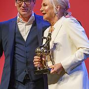 NLD/Utrecht/20180927 - Openingsavond N ederlands Film Festival Utrecht, Gouden Kalf uitreiking aan Monique van der Ven, overhandiging door Gijs van Dam