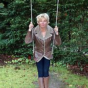 Anita Witzier op de schommel Paviljoenweg 8 Huizen