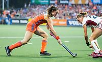 AMSTELVEEN -  Lidewij Welten (Ned) met Stephanie Van Den Borre (Bel) tijdens  de gewonnen  damesfinale Nederland-Belgie bij de Rabo EuroHockey Championships 2017.   COPYRIGHT KOEN SUYK