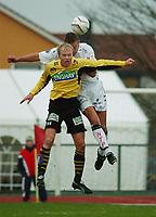 Fotball: Håvard Flo, Sogndal (bak) vinner duellen mot Jan Tore Ophaug, Moss, som gir Sogndal 1-0. Moss - Sogndal, Tippeligaen 2002. Melløs, Moss. 14. april 2002. (Foto: Peter Tubaas/Digitalsport)