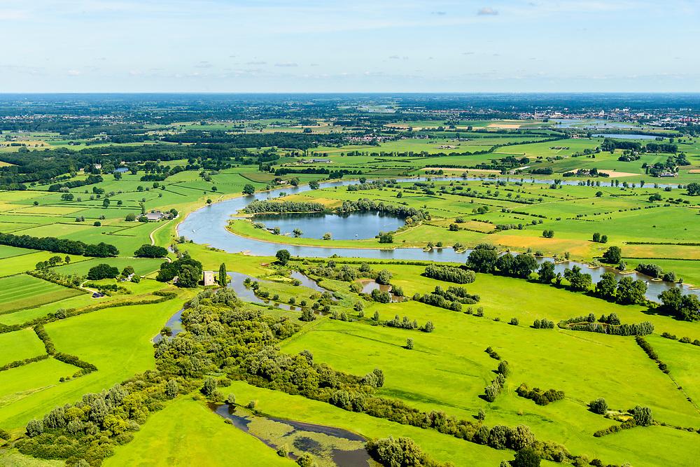 Nederland, Gelderland Veluwe, IJsseldal, 17-07-2017; IJssel ten noorden van Zutphen in zuidelijke richting, links De Ravenswaarden, rechts de Rammelwaard met ruine Slot Nijenbeek (Het Hooge Huis). Op het tweede plan De Voorster Klei.<br /> Valley of river IJssel north of Zutphen.<br /> luchtfoto (toeslag op standard tarieven);<br /> aerial photo (additional fee required);<br /> copyright foto/photo Siebe Swart