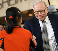 05/06/07 Omaha, NE Warren Buffett shakes hands with  Ariel Hsing,11, after his match against her as part of an event for  the Berkshire Hathaway annual meeting Sunday at Regency Court Sunday afternoon...(photo by Chris Machian/Prarie Pixel Group).