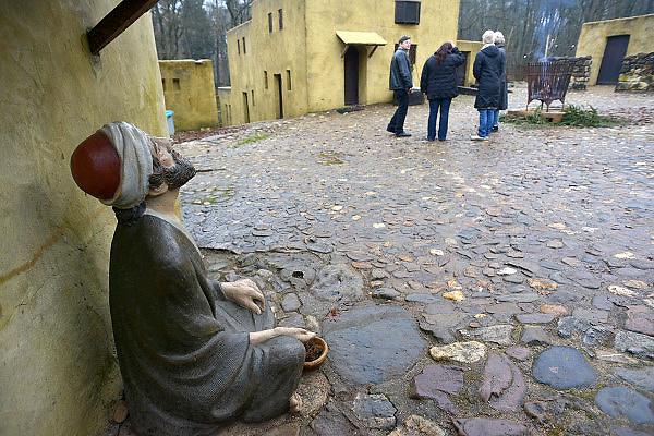 Nederland, Heilig Landstichting, 18-12-2012Museumpark Orientalis bij Nijmegen. Jaarlijks wordt rond kerstmis een grote tentoonstelling gehouden met kerststalletjes, kerststallen, uit alle windstreken. Voorheen heette dit het Bijbels Openluchtmuseum, maar zes jaar geleden trok de katholieke kerk zich terug als geldschieter voor het museum omdat de toenmalige directie ook aandacht wilde besteden aan andere godsdiensten, met name de Islam. Hiervoor werd een arabisch dorp gebouwd met een moskee.Het museum wordt nu zijn bestaan bedreigd door geldgebrek, een chronisch exploitatietekort. De kans is groot dat het komend jaar geloten zal worden.Foto: Flip Franssen/Hollandse Hoogte