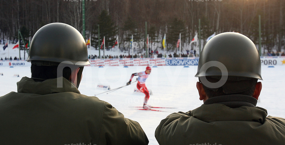 Sapporo , 250207 , Nordische Ski Weltmeisterschaft  Nordische Kombination Teamwettbewerb ,  Zwei japanische Soldaten schauen sich das Rennen an