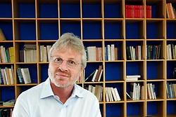 O professor e filósofo Denis Rosenfield em seu escritório, em Porto Alegre. FOTO: Jefferson Bernardes/Preview.com