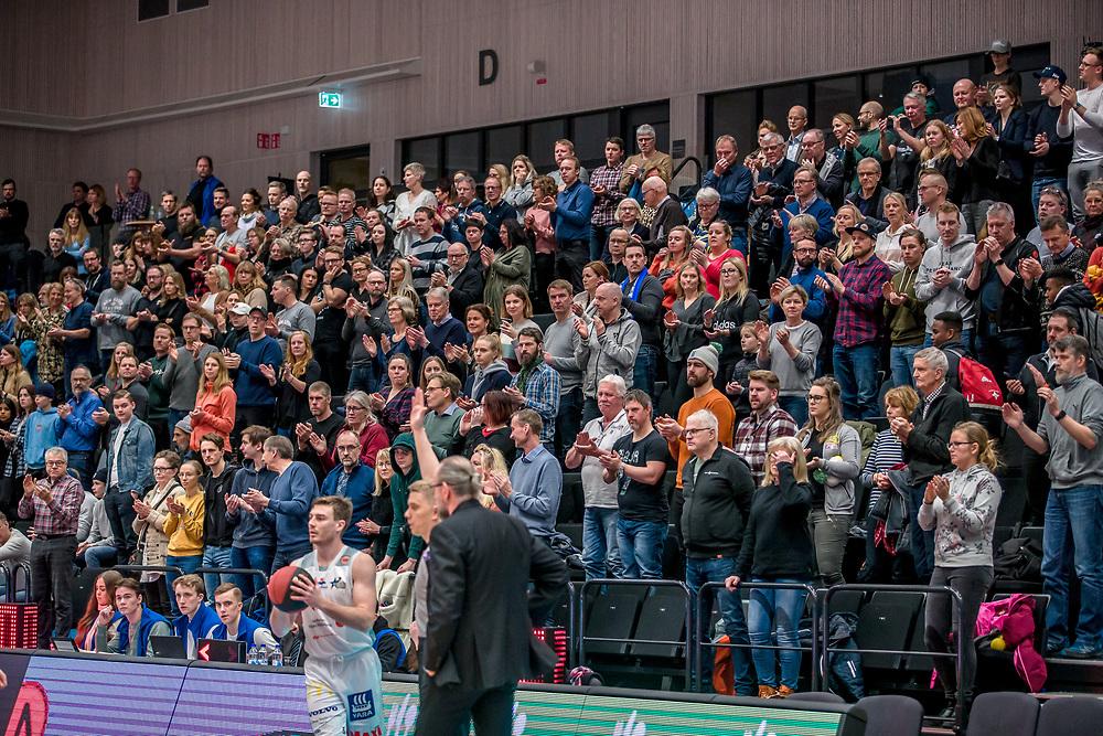 ÖSTERSUND 20200127<br /> Publiken står upp under måndagens match i basketligan mellan Jämtland Basket och Köping Stars i Östersunds Sporthall.<br /> <br /> Foto: Per Danielsson/Projekt.P