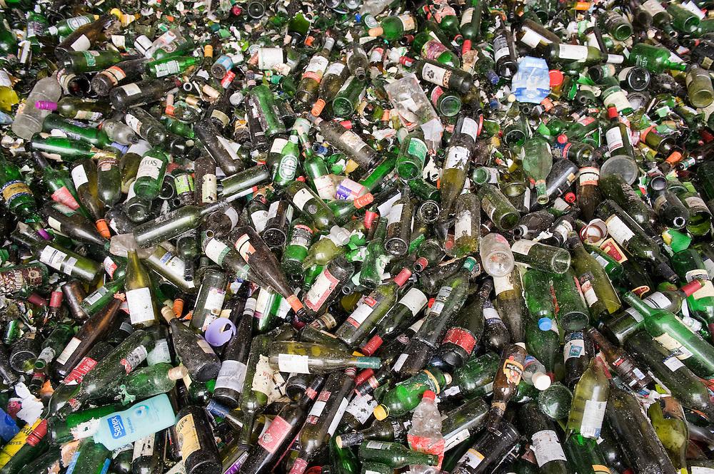 Nederland, Zwolle, 3 juli 2010.Ingezameld glas uit de glasbak bij vuilverwerker Rova.   .Foto (c)  Michiel Wijnbergh
