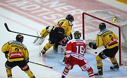 29.03.2018, Erste Bank Arena, Wien, AUT, EBEL, Vienna Capitals vs HCB Suedtirol Alperia, Halbfinale, 3. Spiel, im Bild Peter Schneider (UPC Vienna Capitals), Jean Philippe Lamoureux (UPC Vienna Capitals), Patrick Peter (UPC Vienna Capitals), Austin Smith (HCB Suedtirol Alperia) und Aaron Brocklehurst (UPC Vienna Capitals) // during the Erste Bank Icehockey League 3rd round semifinal match between Vienna Capitals and HCB Suedtirol Alperia at the Erste Bank Arena, Vienna, Austria on 2018/03/29. EXPA Pictures © 2018, PhotoCredit: EXPA/ Thomas Haumer