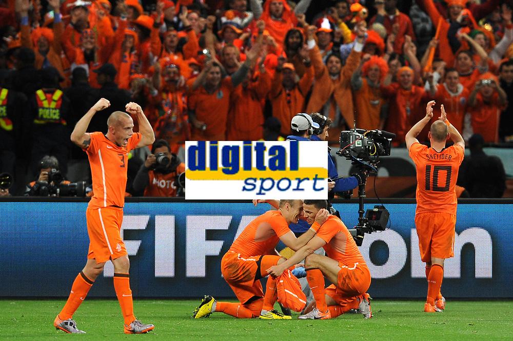 FOOTBALL - FIFA WORLD CUP 2010 - 1/2 FINAL - URUGUAY v NETHERLANDS - 6/07/2010 - JOY NETHERLANDS AT THE END OF THE MATCH - ARJEN ROBBEN AND KHALID BOULAHROUZ<br /> PHOTO FRANCK FAUGERE / DPPI
