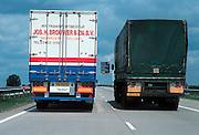 Nederland, Snelweg A73, 27-9-2001Vrachtwagen haalt in op de snelweg.Files, wegvervoer, verkeersveiligheid, transport, logistiekFoto: Flip Franssen/Hollandse Hoogte