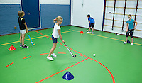 ROTTERDAM - kennismaken met hockey op school. FOTO KOEN SUYK