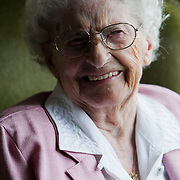 NLD/Huizen/20080808 - Mw. Muntz uit Huizen word 106 jaar oud