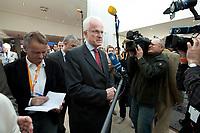 22 MAR 2010, BERLIN/GERMANY:<br /> Juergen Ruettgers, CDU, Ministerpraesident Nordrhein-Westfalen, im Gespraech mit Journalisten, Tagung CDU Bundesausschuss, Hotel Berlin, Berlin<br /> IMAGE: 20100322-01-007<br /> KEYWORDS: Sitzung, Medien, Mikrofon, microphone, Kamera, Camera, Jürgen Rüttgers