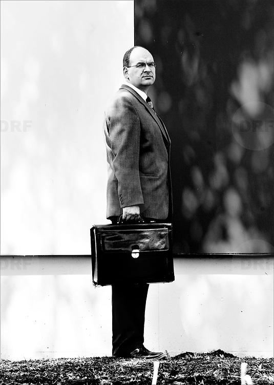 """Nederland Rotterdam 3 mei 2004  .Portret Paul van Buitenen.Bredanaar Van Buitenen heft eigen partij op..Europarlementariër Paul van Buitenen uit Breda heft zijn partij Europa Tranparant op. Hij zei dat woensdag in het Radio 1 Journaal. Hij overweegt al enkele maanden zich bij de ChristenUnie aan te sluiten. Van Buitenen wilde met zijn partij misstanden binnen 'Europa' aankaarten....Van Buitenen vindt dat hij """"een opdracht heeft die hij moet vervullen'' en daar hoort niet bij dat hij ook nog een partij moet leiden. ..In 1999 bracht Van Buitenen fraude door EU-commissaris Edith Cresson aan het licht. Ze gaf een bevriende tandarts overbetaalde adviesopdrachen. De hele Europese Commissie trad vervolgens af. Van Buitenen richtte in 2004 Europa Transparant op. ..De klokkenluider kreeg het afgelopen december nog aan de stok met de voorzitter van het Europees Parlement omdat hij vertrouwelijk informatie via zijn website had openbaargemaakt. De afgelopen jaren bracht hij diverse malen vermeende corruptie binnen de EU ter sprake. Ook vindt hij dat het Europees Parlement alleen nog in Straatsburg moet vergaderen en niet meer in Brussel en Straatsburg. ..Europa Transparant.Op 8 april 2004 kondigde Paul van Buitenen de oprichting aan van een nieuwe politieke partij, Europa Transparant. Deze partij richt zich op de strijd voor openheid en transparantie en tegen fraude, corruptie en vriendjespolitiek. Van Buitenen wilde daarmee onder meer misstanden binnen Europese overheidsinstellingen beter kunnen bestrijden. Bij de Nederlandse verkiezingen voor het Europees Parlement op 10 juni haalde Van Buitenen tot ieders verrassing vanuit het niets twee zetels, na een campagne die niet meer dan vierduizend euro had gekost. Samen met zijn nummer twee, de publiciste Els de Groen die over corruptieschandalen in Oost-Europa schreef, heeft hij zich aangesloten bij de fractie Groenen / Europese Vrije Alliantie. In 2005 viel de fractie echter alweer uiteen door een ruzie tussen Van Buitenen en De"""