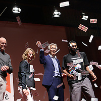 Nederland, Amsterdam , 30 oktober 2013.<br /> Dinsdagavond 29 oktober staat de Aula van de VU in Amsterdam in het teken van twee exclusieve premières:<br /> 1) de eerste Nederlandse vertoning van de indrukwekkende klimaatfilm Chasing Ice op bioscoopscherm;<br /> 2) de eerste Nederlandse presentatie van Bill McKibben, co-founder van klimaatorganisatie 350.org, over de 'carbon-bubble', over het economisch terminale fossiele imperium. McKibben brengt zijn verhaal in samenwerking met Kumi Naidoo, directeur Greenpeace International.<br /> De organisatie van deze avond is in handen van 350.org, Urgenda, mauritsgroen•mgmc en de SRVU Studentenbond. Harm Edens presenteert.<br /> Op de foto: Presentatie Bill McKibben, 350.org en Kumi Naidoo, Greenpeace International en Maurits Groen van mauritsgroen•mgmc. en  Marjan Minnesma die Urgenda vertegenwoordigd.<br /> Foto:Jean-Pierre Jans