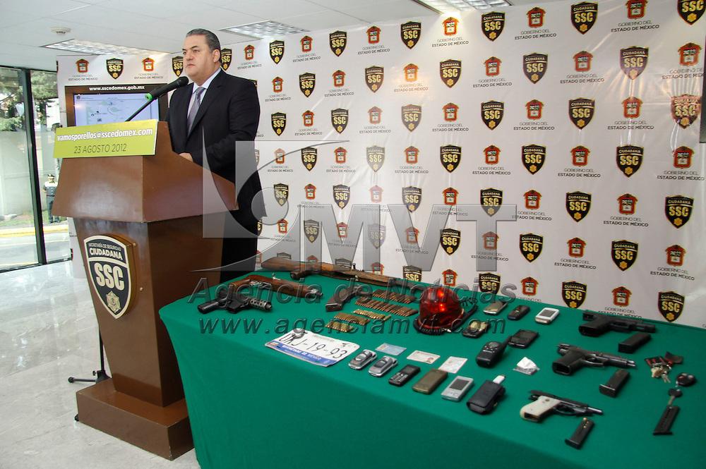 Toluca, México.- José Salvador Neme Sastré, Secretario de Seguridad Ciudadana informó sobre la detención de  trece personas presuntos integrantes de un grupo delictivo independiente con origen en Guerrero y que perpetraron  el asesinato del jefe de policía de Tenango del Valle. Agencia MVT / Crisanta Espinosa