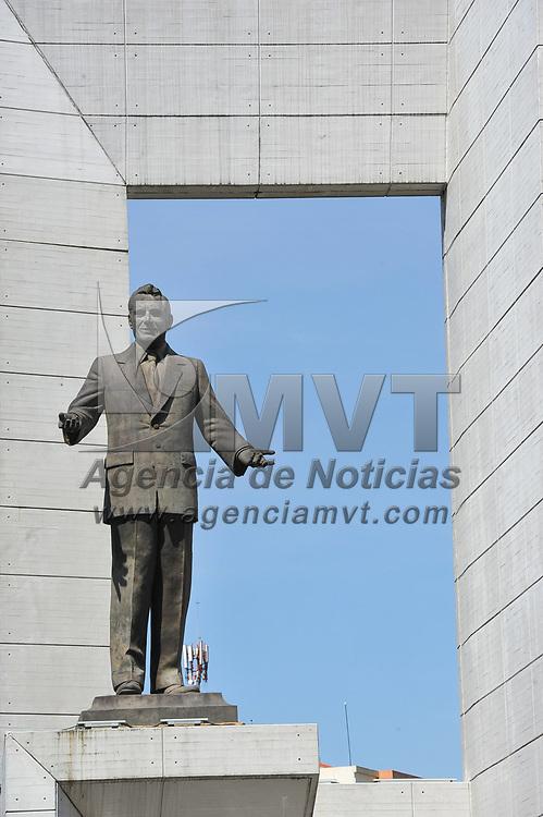 Toluca, México.- Aspectos del monumento al politico mexiquense Carlos Hank Gonzalez que se ubica en el Paseo Tollocan a la entrada de la ciudad de Toluca. Agencia MVT / Mario Vázquez de la Torre.