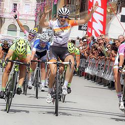 08-07-2014: Wielrennen: Giro d Italia vrouwen: Italie: Lucinda Brand denkt de etappe te winnen maar in een jump komen Marianne Vos en Shelley Olds er nog over. Marianne Vos wint haar tweede etappe in de Giro Rosa
