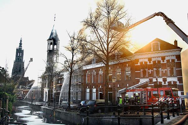 Nederland, Amersfoort, 22-10-2007..Het Armando museum gaat in vlammen op. Ook drie belendende panden branden uit...Foto: Flip Franssen/Hollandse Hoogte